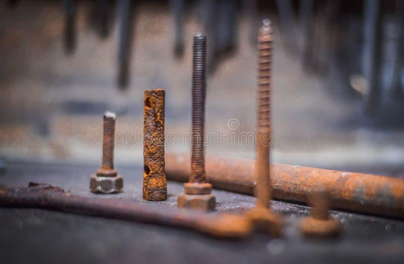 Старые ржавые инструменты лежа на деревянном столе стоковое изображение rf