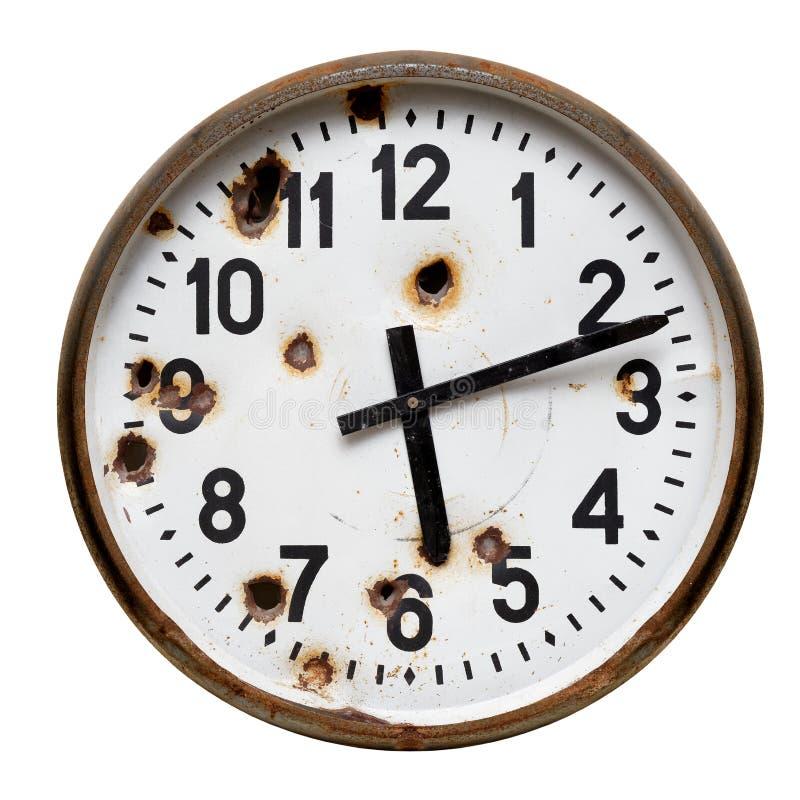 Старые ржавые круглые настенные часы стоковое фото