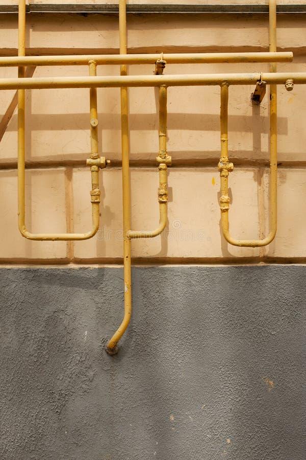 Старые ржавые трубы против стены стоковые изображения