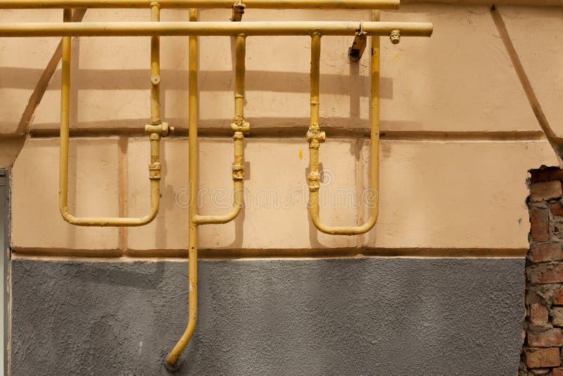 Старые ржавые трубы против стены стоковое фото rf