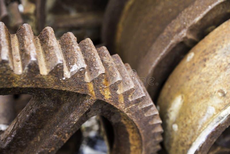 Старые ржавые шестерни для тяжелой индустрии как части машинного оборудования стоковые изображения rf