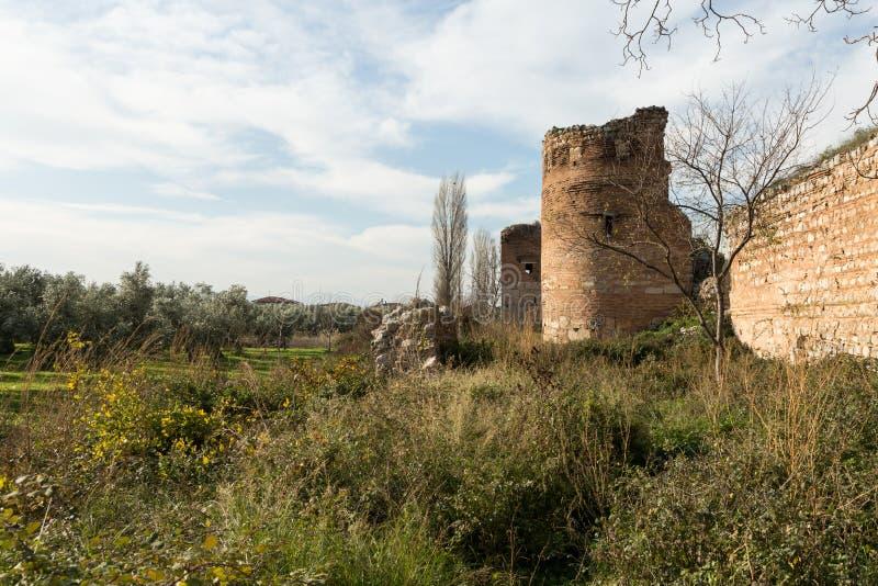 Старые римские стены окружая Iznik Nicea стоковое фото