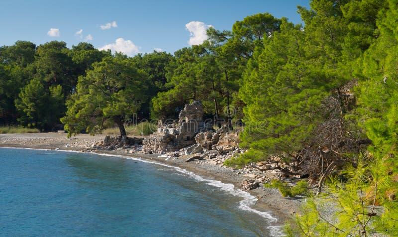 Download Старые руины на побережье стоковое фото. изображение насчитывающей руина - 37931376
