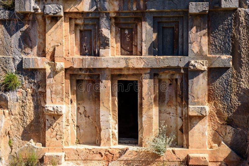 Старые руины римского, архитектура Lycian, старая крипта, пещеры в горах, Турция, Demre стоковое фото rf