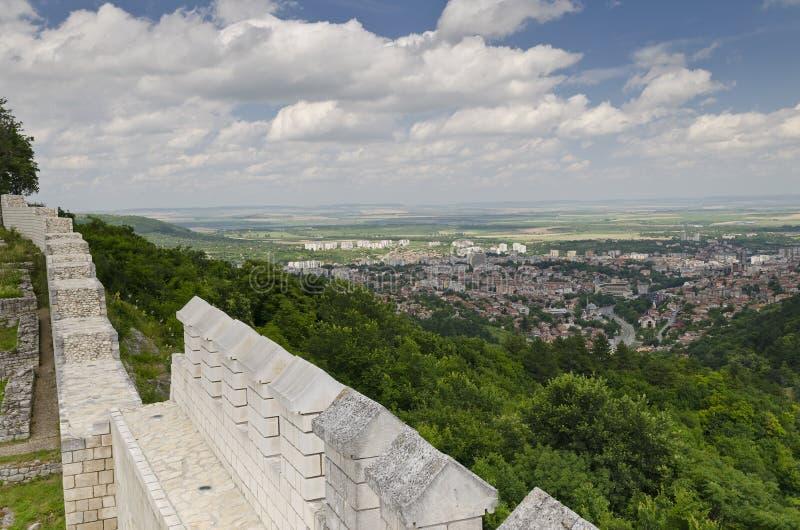 Старые руины средневековой крепости близко к городку Shumen стоковые фотографии rf