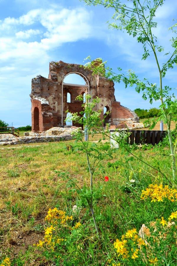 Старые руины церков в природе лета стоковое изображение