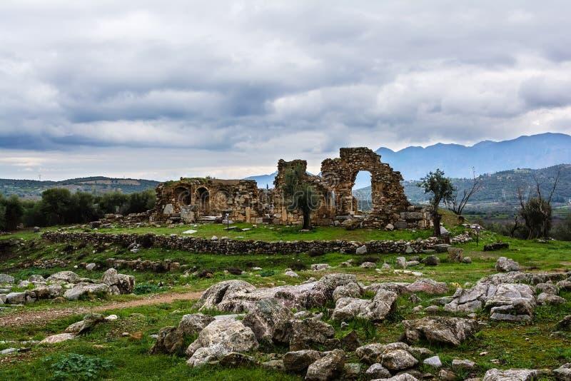 Старые руины Troizina с драматическим небом, Грецией стоковое изображение rf