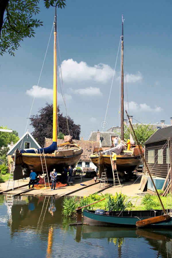 Старые рыболовецкие судна на верфи стоковое изображение