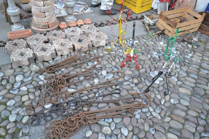 Старые сельские цепи утюга камина различных размеров подвергаются действию для продажи стоковое изображение rf