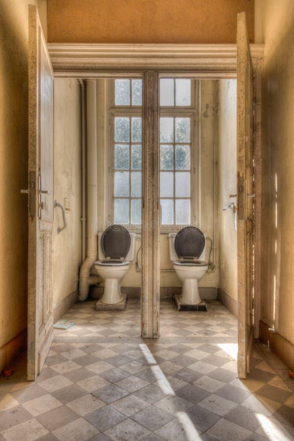 Старые симметричные туалеты