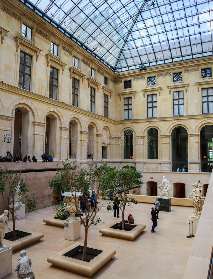 Старые скульптуры во внутренней зале Лувр Париж Франция стоковая фотография rf