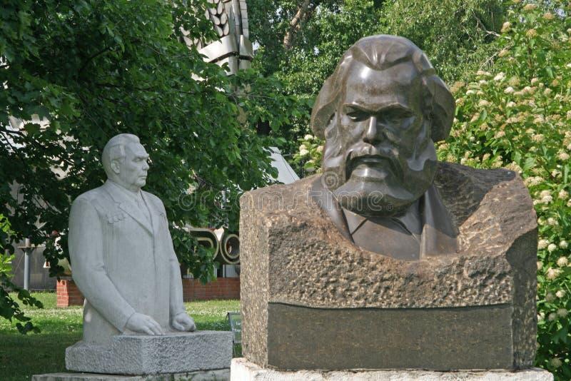 Старые скульптуры Карл Марх и Leonid Brezhnev в искусстве Muzeon паркуют (упаденный парк памятника) в Москве стоковая фотография rf