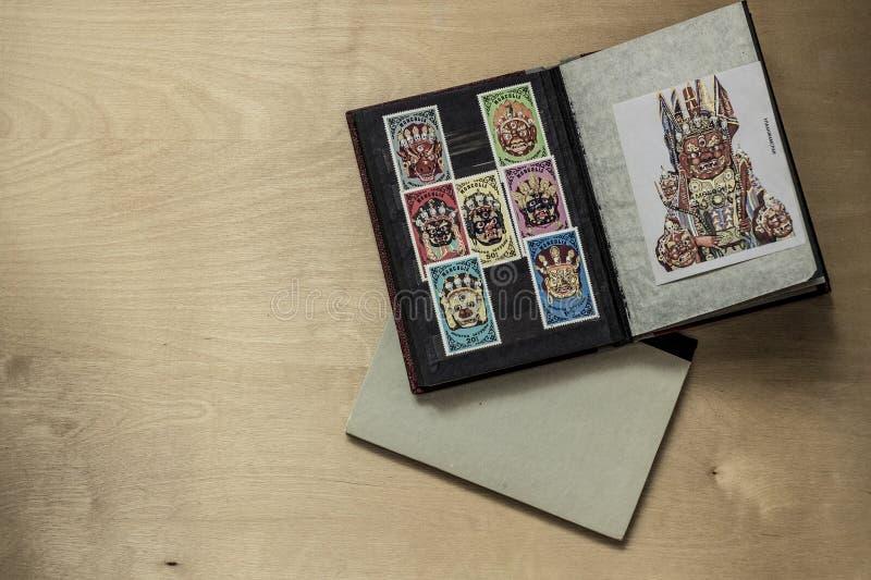 старые собирать книги альбома новые вне штемпелюют стоковое изображение rf