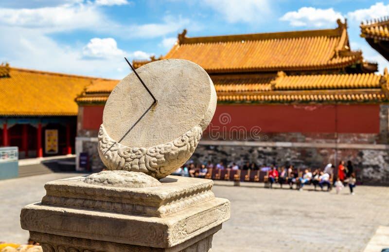 Старые солнечные часы в запретном городе - Пекин стоковые фотографии rf