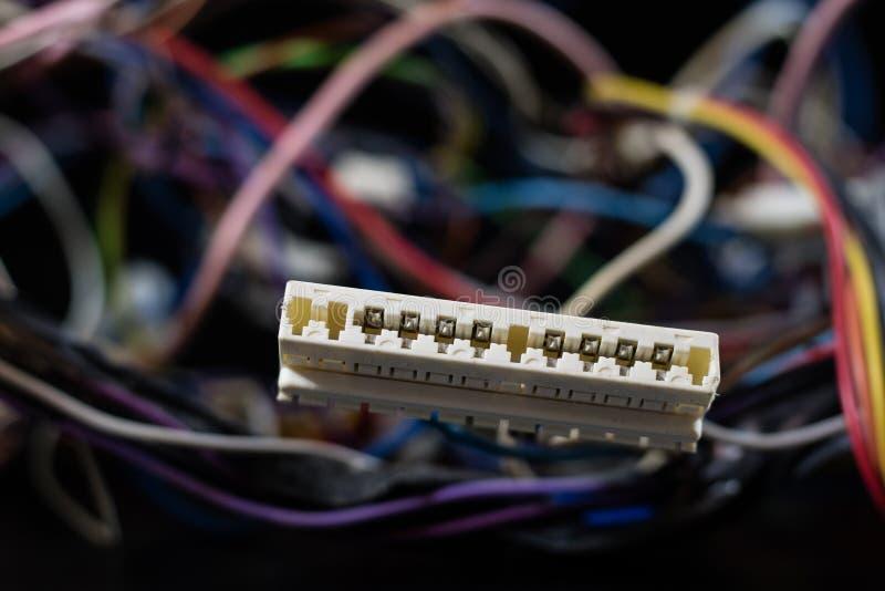 Старые спутанные кабели, электроника и старые кабельные соединители на a стоковое изображение