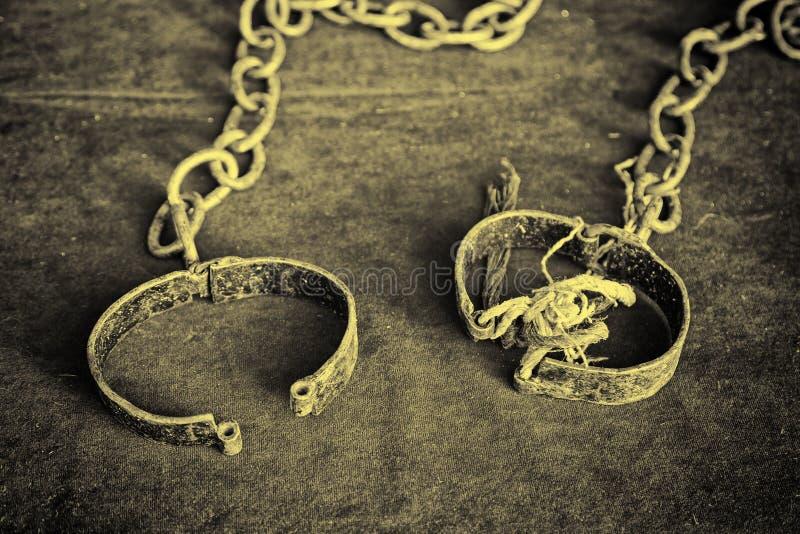 Старые средневековые наручники стоковые фото