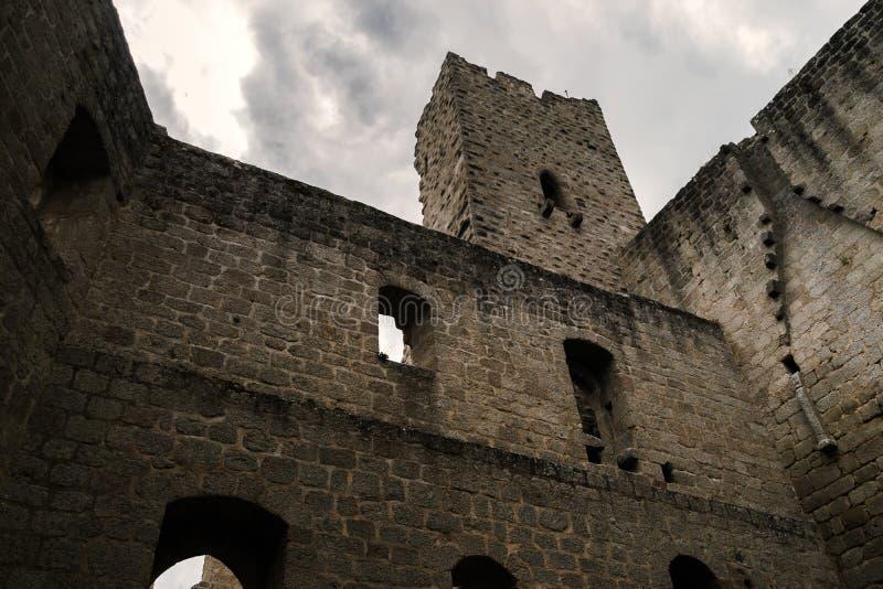 Старые средневековые руины крепости замка Spesbourg в глубоком лесе стоковая фотография rf