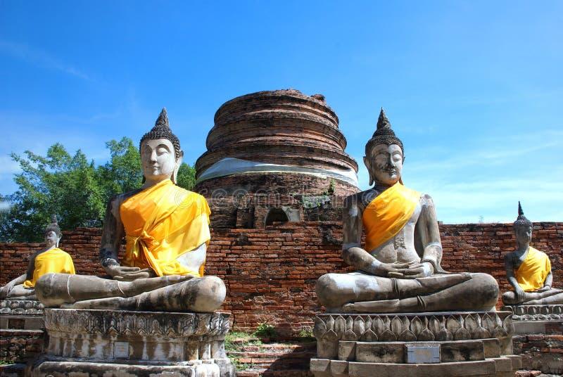 Старые статуи Будды и загубленная пагода на Wat Yai Chai Mongko стоковое изображение