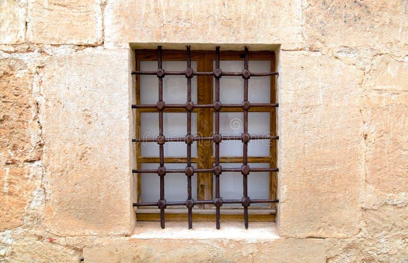 Старые стены песчаника с окном и решеткой стоковое изображение