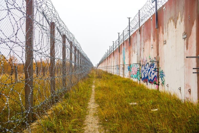 Старые стены советской тюрьмы стоковое изображение rf