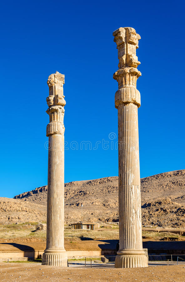 Старые столбцы в стробе всех наций - Persepolis стоковое фото rf