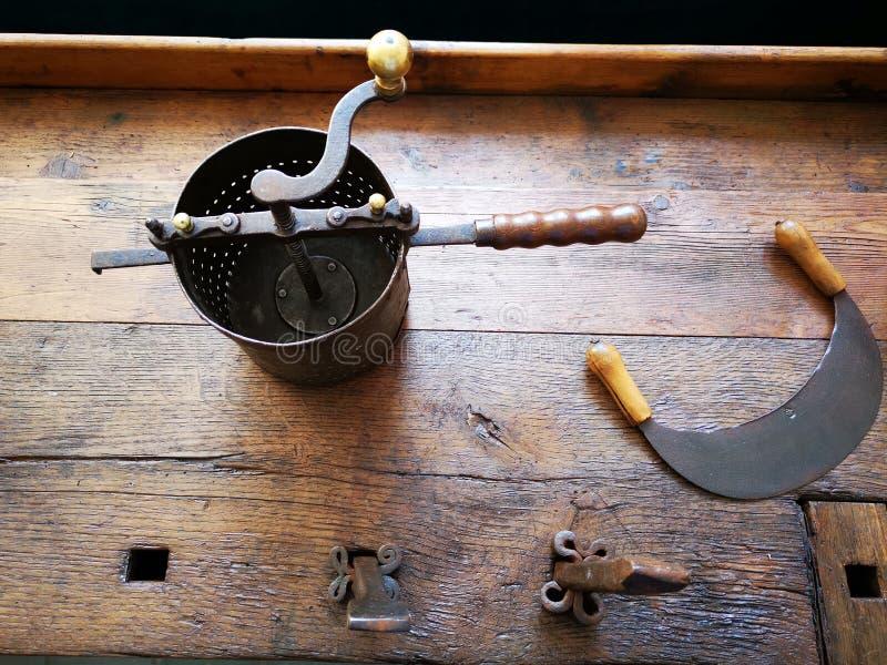 Старые точильщик и объект для резать стоковое фото rf