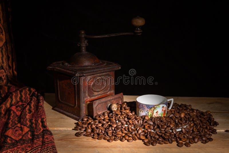 Старые точильщик и чашка стоковые изображения rf
