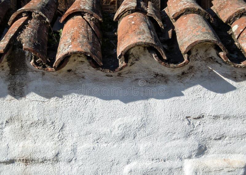 Старые толь плитки и стена штукатурки стоковое изображение rf