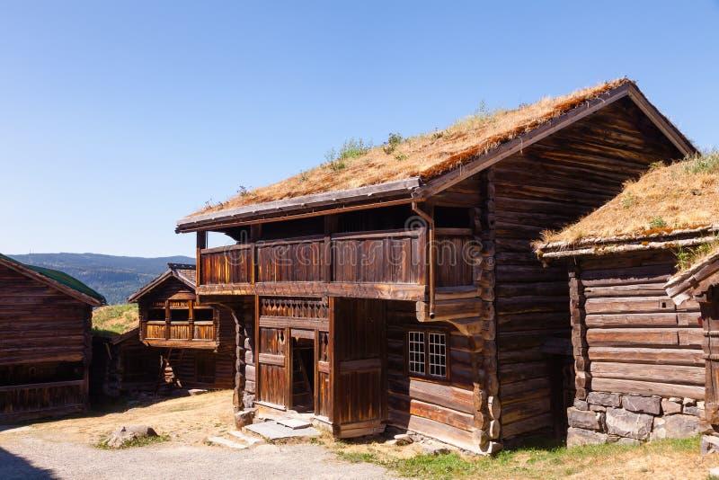 Старые традиционные норвежские деревянные дома на музее Лиллехаммере Oppland Норвегии Скандинавии людей Maihaugen стоковое фото