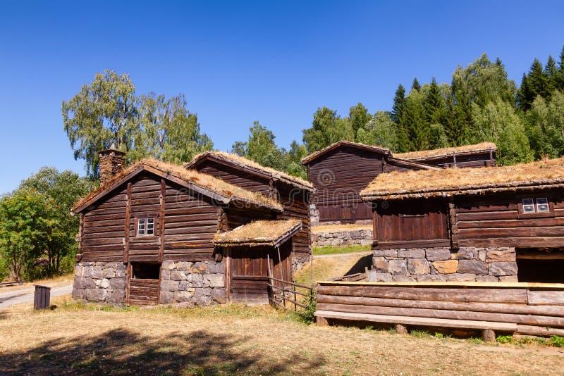 Старые традиционные норвежские дома журнала крыши дерна на музее Лиллехаммере Oppland Норвегии Скандинавии людей Maihaugen стоковое фото