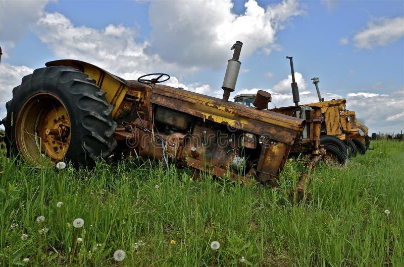 Старые тракторы вышли для старья спасения имущества, и частей стоковое изображение rf