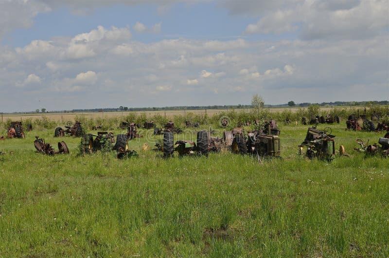 Старые тракторы вышли для старья спасения имущества, и частей стоковое изображение
