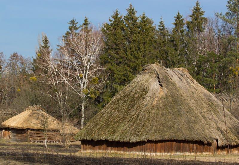 Старые традиционные амбар или лачуга Ukrainen под голубым небом стоковые фото