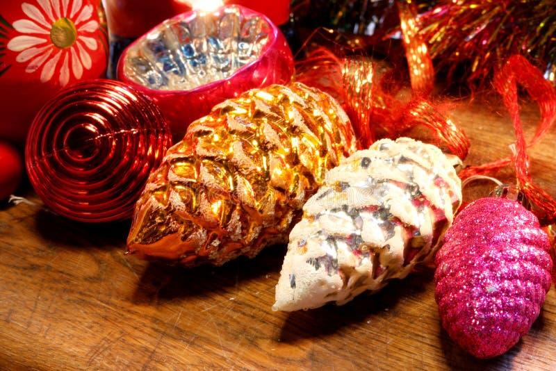 Старые украшения рождественской елки на деревянной поверхности стоковое фото