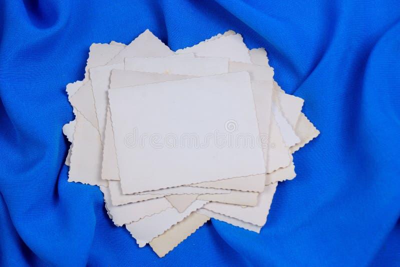 Старые фото в стоге, на творческой голубой предпосылке, рамка для дизайна Памятный и семейное фото который славен для того чтобы  стоковое изображение rf