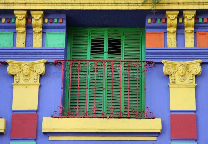 Старые цветастые дом и окно. Улица Caminito. стоковая фотография