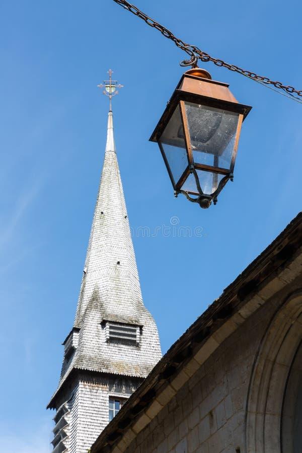 Старые церковь и streeplamp в средневековом Honfleur в Нормандии, Франции стоковые фото