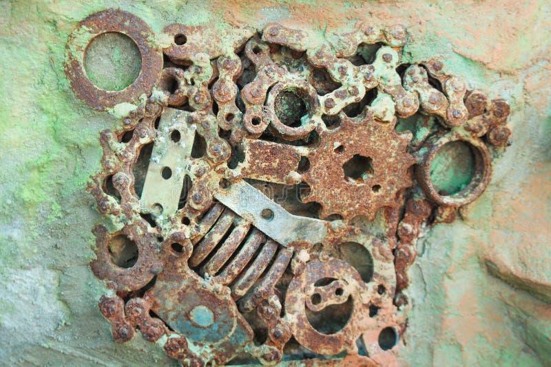 Старые части машины с ржавым на конспекте текстуры бетонной стены для предпосылки стоковое фото rf