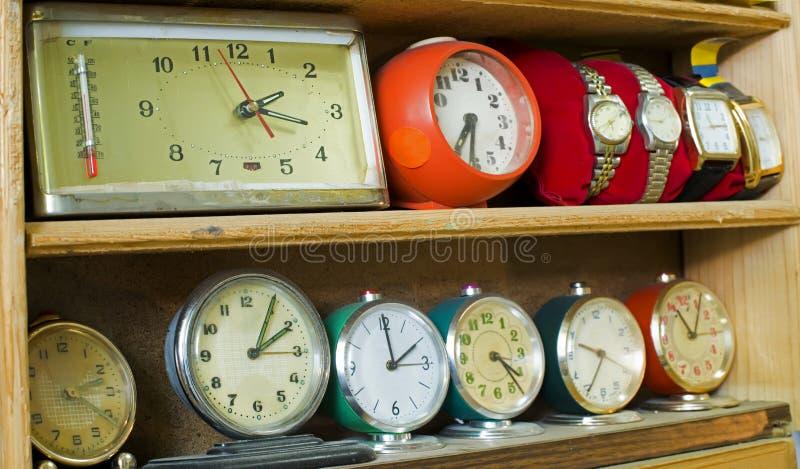 Старые часы на полке стоковые фото