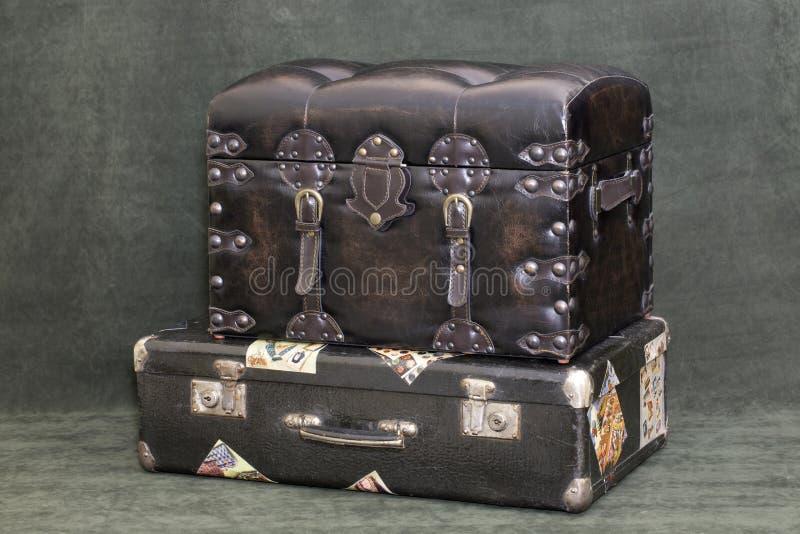 Старые чемодан и хобот стоковое фото rf