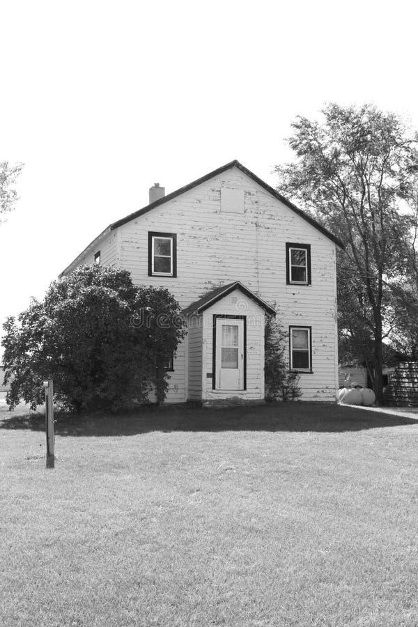 Старые черно-белые дом и двор фермы стоковые фото