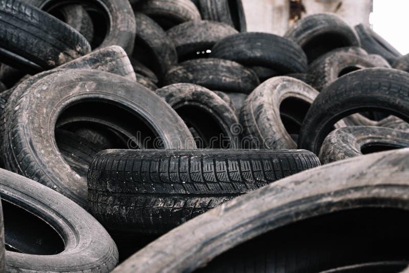 Старые черные автошины в месте захоронения отходов для повторно использовать стоковые фото