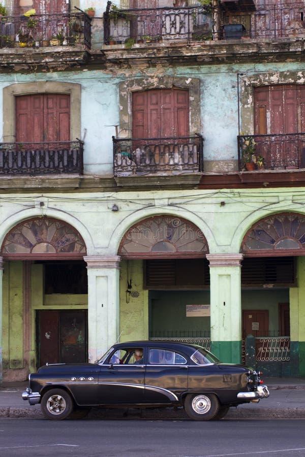 Старые черные кубинськие автомобиль и обветшалая постройка стоковые фотографии rf