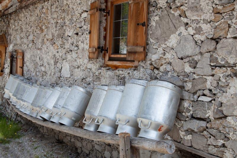 Старые чонсервные банкы молока стоковые фотографии rf