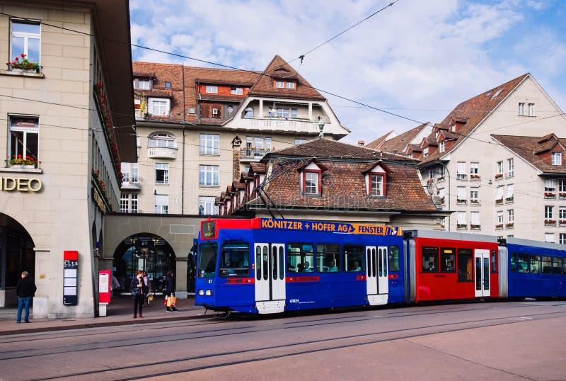 Старые швейцарские здание и трамвай стиля в старом городке Bern, Switzerla стоковые фото