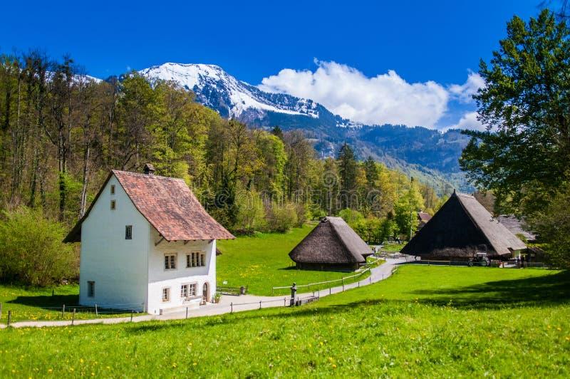Старые швейцарские дома фермера в музее Ballenberg под открытым небом, Brienz, s стоковые изображения rf