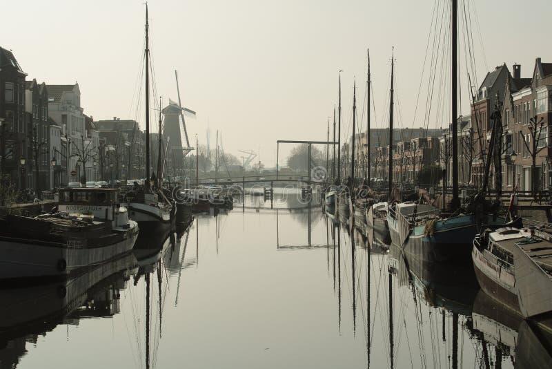старые шлюпки в гавани в Роттердаме стоковая фотография