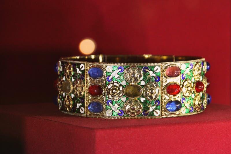 Старые ювелирные изделия на красной предпосылке стоковое фото