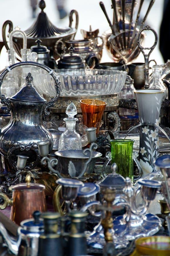Старые kitchenware и silverware на блошинном на главным образом рынке Squ стоковые изображения