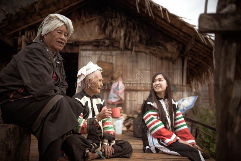 Старые wamen в небольшом доме делают бамбуком стоковое изображение